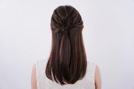 【ねじってゴムでとめるだけ!3分で完成する上品ツヤ髪ハーフアップスタイル。】