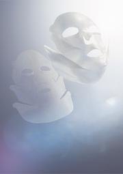 口角から頬全体へ、引き上げながら密着させ、ホールド。笑顔をかたちづくるシートマスク。KANEBO スマイル パフォーマー
