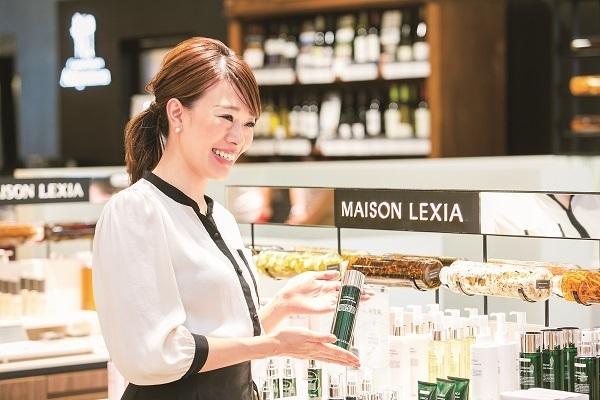 MAISON LEXIA 大阪エリア新店(2019年秋 NEW OPEN)美容部員・BA(ビューティー・カウンセラー)正社員の求人のスタッフ写真1