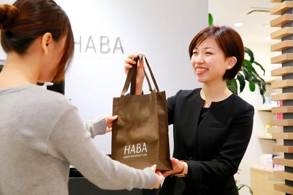 shopHABA近鉄奈良店美容部員・化粧品販売員(ビューティーカウンセラー)契約社員の求人のスタッフ写真3
