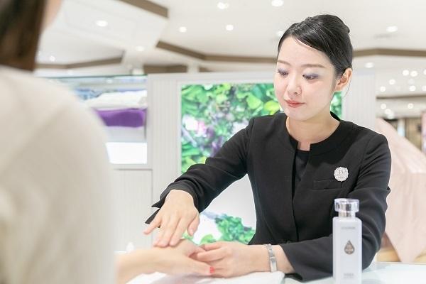 shopHABA近鉄奈良店美容部員・化粧品販売員(ビューティーカウンセラー)契約社員の求人のスタッフ写真1