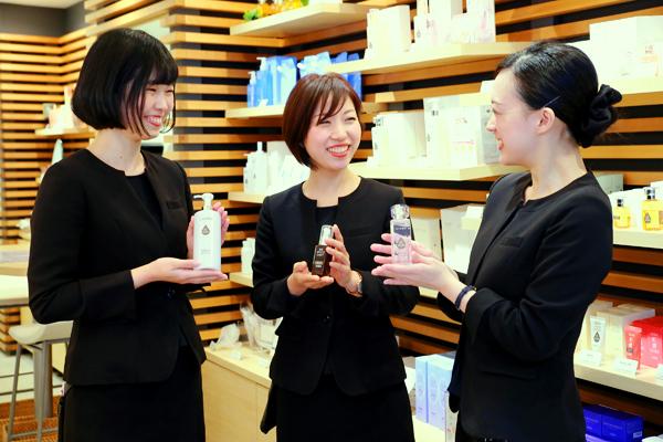 shopHABA近鉄奈良店美容部員・化粧品販売員(ビューティーカウンセラー)契約社員の求人のスタッフ写真2