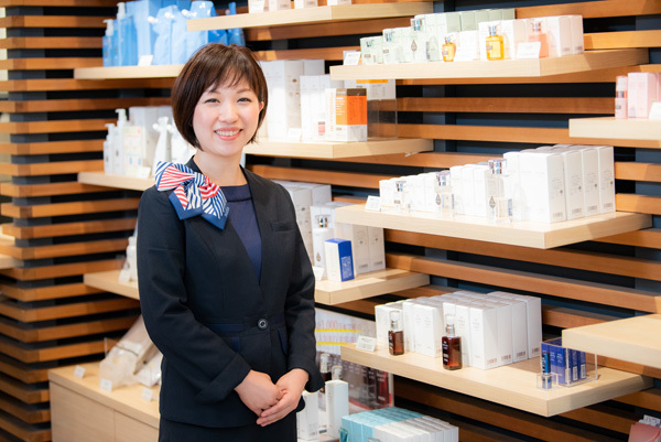 shopHABA 京王百貨店新宿店美容部員・BA(ビューティーカウンセラー)契約社員の求人のスタッフ写真1