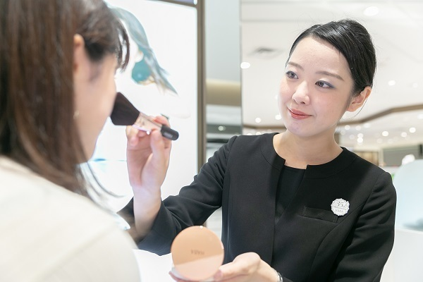 shopHABA近鉄奈良店美容部員・化粧品販売員(ビューティーカウンセラー)契約社員の求人のスタッフ写真6