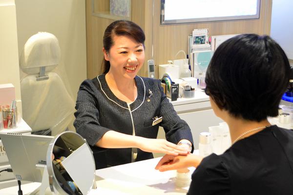 渋谷東急本店 ミキモトコスメティックスカウンター美容部員・化粧品販売員契約社員の求人のスタッフ写真2
