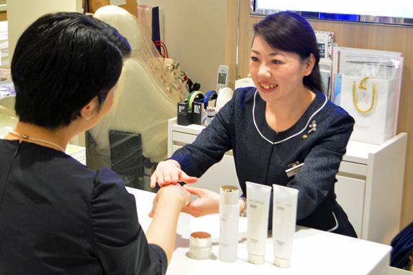 渋谷東急本店 ミキモトコスメティックスカウンター美容部員・化粧品販売員契約社員の求人のスタッフ写真1