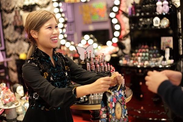 アナ スイ 新潟エリアの百貨店・ファッションビル美容部員・BA(ナビゲーター)契約社員の求人のスタッフ写真2