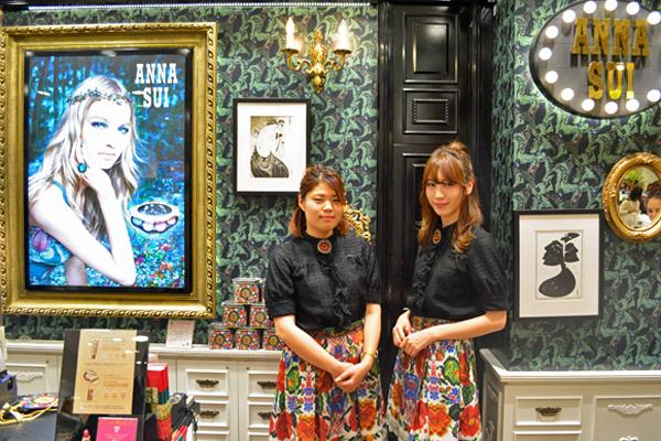 アナ スイ 東京エリアの百貨店・ファッションビル美容部員・化粧品販売員(ナビゲーター)契約社員の求人のスタッフ写真3