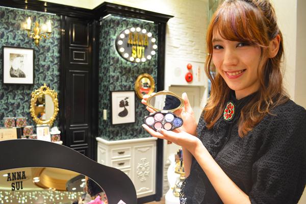 アナ スイ 東京エリアの百貨店・ファッションビル美容部員・化粧品販売員(ナビゲーター)契約社員の求人の写真