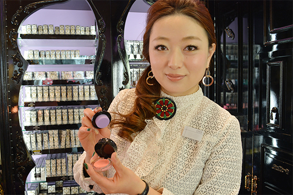 アナ スイ 横浜そごう店(2018年8月 NEW OPEN)美容部員・化粧品販売員(ナビゲーター)契約社員の求人のスタッフ写真1