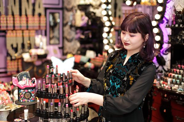 アナ スイ 新潟エリアの百貨店・ファッションビル美容部員・BA(ナビゲーター)契約社員の求人のスタッフ写真1