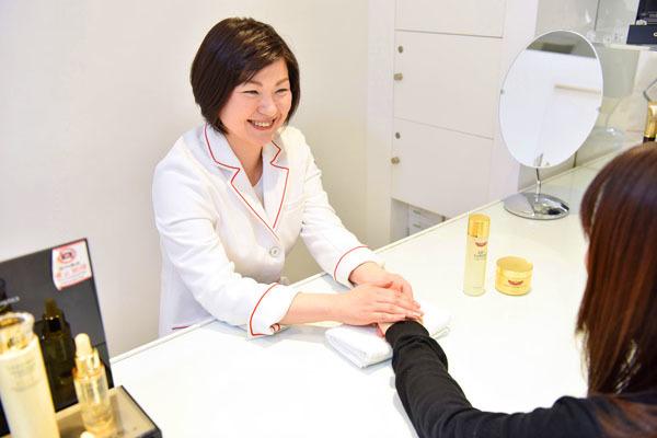 ドクターシーラボ 髙島屋 洛西店美容部員・化粧品販売員(『ドクターシーラボ』ビューティーカウンセラー)正社員の求人のスタッフ写真1