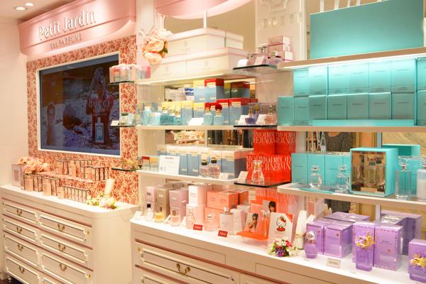 京都市内 有名百貨店・ファッションビル内フレグランスコーナー美容部員・化粧品販売員(フレグランスアドバイザー)正社員の求人の店内写真1