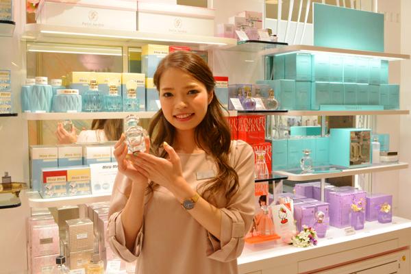 京都市内 有名百貨店・ファッションビル内フレグランスコーナー美容部員・化粧品販売員(フレグランスアドバイザー)正社員の求人のスタッフ写真1