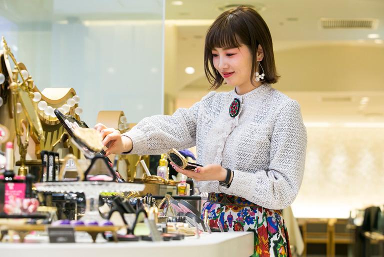 【静岡エリア】百貨店・専門店など商業施設美容部員・化粧品販売員(ビューティアドバイザー / ANNA SUI)派遣の求人の写真