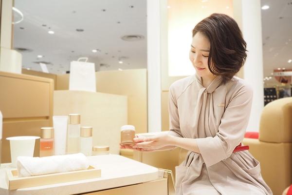 【梅田】百貨店・専門店美容部員・BA(『ITRIM』販売スタッフ)派遣の求人のスタッフ写真1