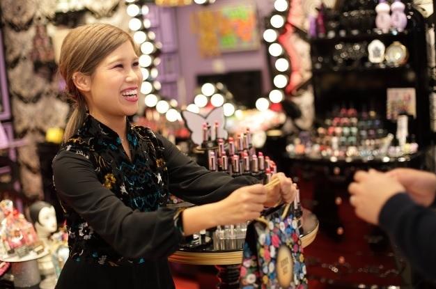 【梅田】百貨店・専門店美容部員・BA(『ANNA SUI(アナ スイ)』ナビゲーター)派遣の求人のスタッフ写真1