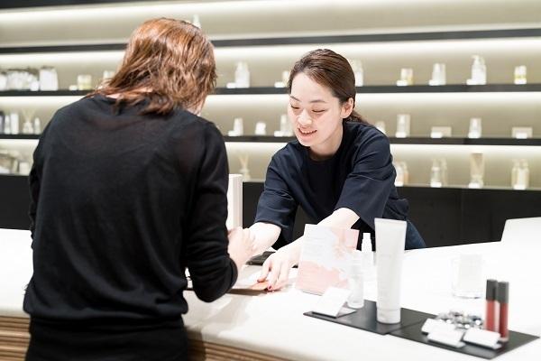 shiro 表参道本店美容部員・BA(コスメティックブランド『shiro』のアドバイザー)アルバイト・パートの求人のスタッフ写真1