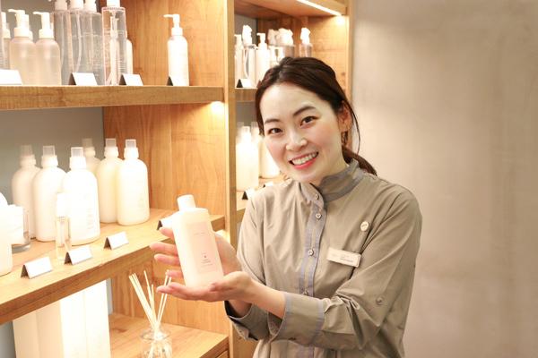 shiro + NEWoMAN新宿店(NEW)美容部員・化粧品販売員(コスメティックブランド『shiro』のアドバイザー)アルバイト・パートの求人のスタッフ写真1