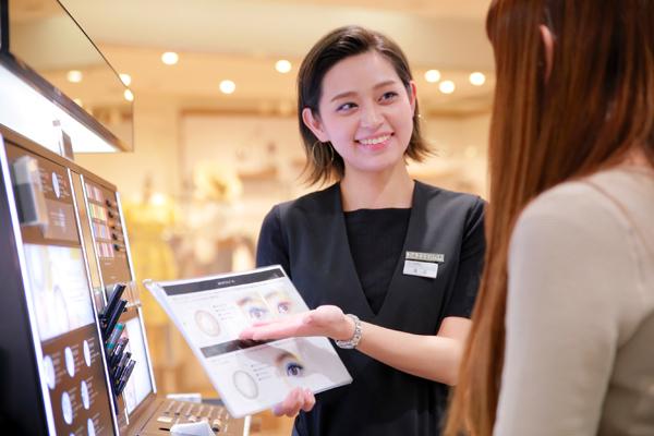 DAZZSHOP 大丸札幌店(2018年4月末 NEW OPEN)美容部員・化粧品販売員(ビューティーアドバイザー・メイクアップアーティスト)契約社員の求人のスタッフ写真3