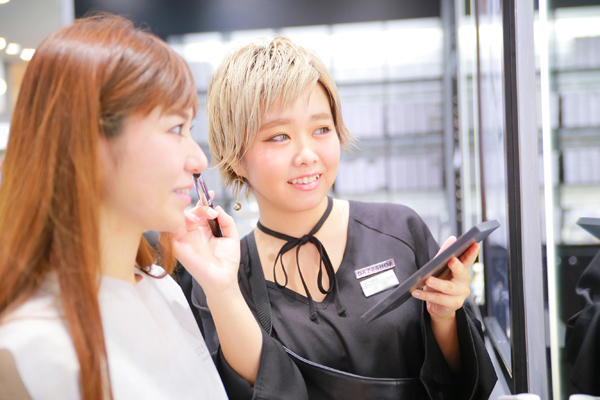 DAZZSHOP 大丸札幌店(2018年4月末 NEW OPEN)美容部員・化粧品販売員(ビューティーアドバイザー・メイクアップアーティスト)契約社員の求人のスタッフ写真1