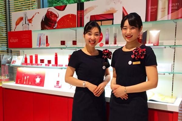 アスタリフト 大阪タカシマヤ美容部員・化粧品販売員(ビューティーコンサルタント・チーフ)契約社員,正社員の求人のスタッフ写真1