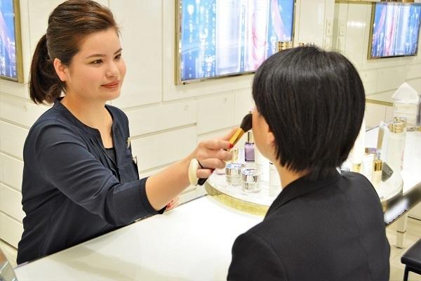 東急百貨店 吉祥寺店美容部員・BA契約社員の求人のスタッフ写真3
