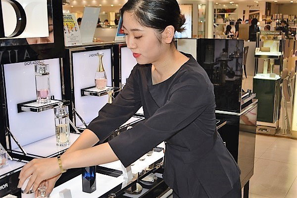 東急百貨店 吉祥寺店美容部員・BA契約社員の求人のスタッフ写真4