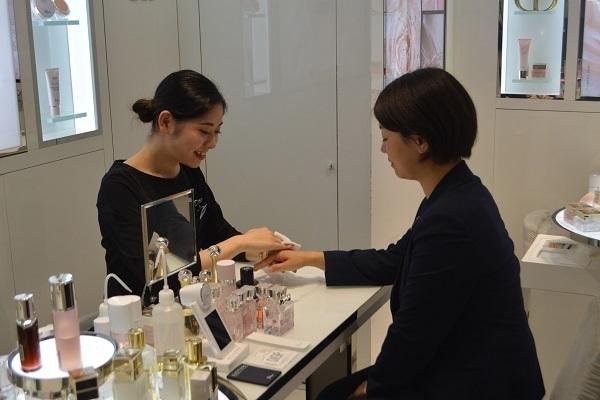 東急百貨店 東横店美容部員・化粧品販売員契約社員の求人のスタッフ写真2