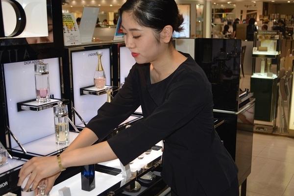 東急百貨店 東横店美容部員・化粧品販売員契約社員の求人のスタッフ写真1