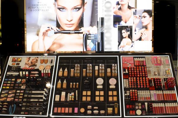東急百貨店 吉祥寺店美容部員・化粧品販売員(『Dior』など)契約社員の求人の店内写真2