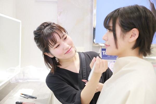 【NEW OPEN】東京都内(新宿・渋谷・青山・六本木他)のETVOS直営店美容部員・BA(チーフ・サブチーフ)正社員の求人のスタッフ写真2
