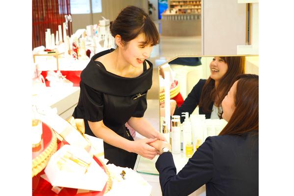 新宿・渋谷エリア 百貨店・商業施設美容部員・BA正社員の求人のスタッフ写真1