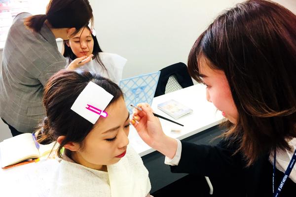 新宿・渋谷エリア 百貨店・商業施設美容部員・化粧品販売員正社員の求人のスタッフ写真3