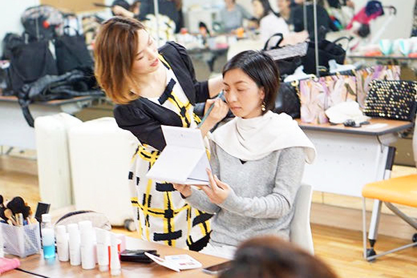 ジュジュエメイクアップスクール(港区芝浦周辺※JR田町駅徒歩7分)化粧品業界の教育担当・トレーナー(メイク講師)契約社員の求人のスタッフ写真1