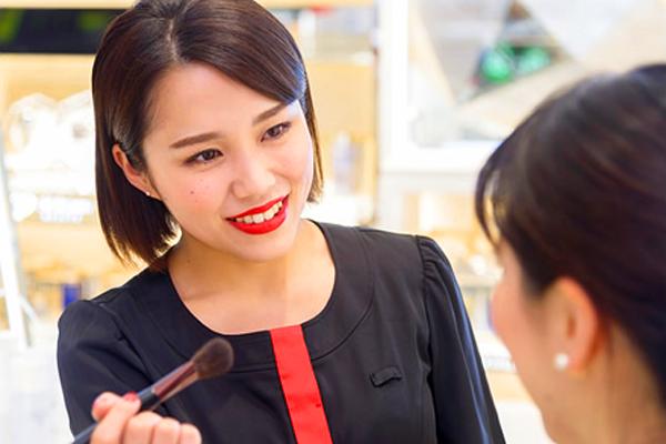 関西国際空港美容部員・化粧品販売員(ビューティーコンサルタント)正社員の求人のスタッフ写真1
