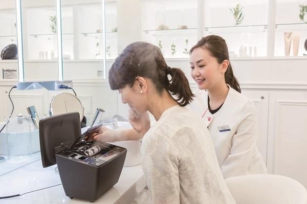 グランフロント大阪美容部員・化粧品販売員(ビューティナビゲーター)契約社員の求人のスタッフ写真1