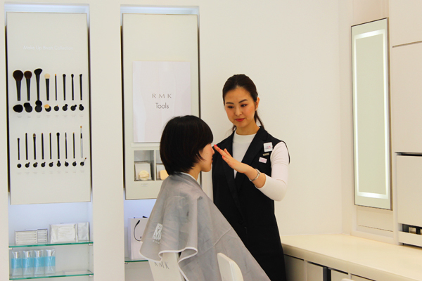 RMK 東京エリアの百貨店美容部員・化粧品販売員(RMKビューティーコミュニケーター)正社員の求人のスタッフ写真1