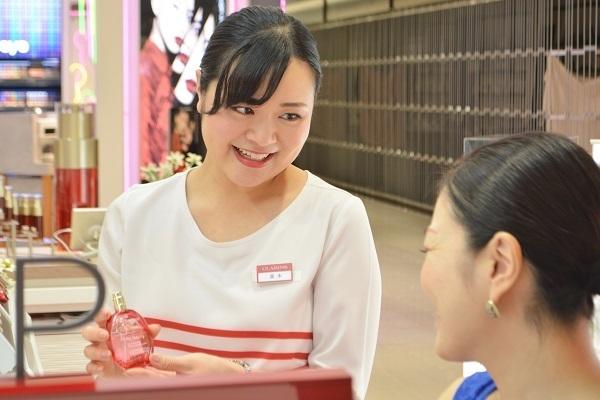 クラランス 新宿伊勢丹美容部員・BA(ビューティアドバイザー)契約社員の求人のスタッフ写真1