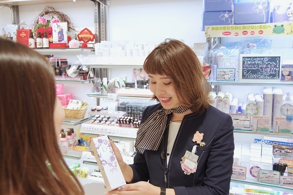@cosme store 上野マルイ店美容部員・化粧品販売員(接客アルバイト ※首都圏・名古屋)アルバイト・パートの求人のスタッフ写真2