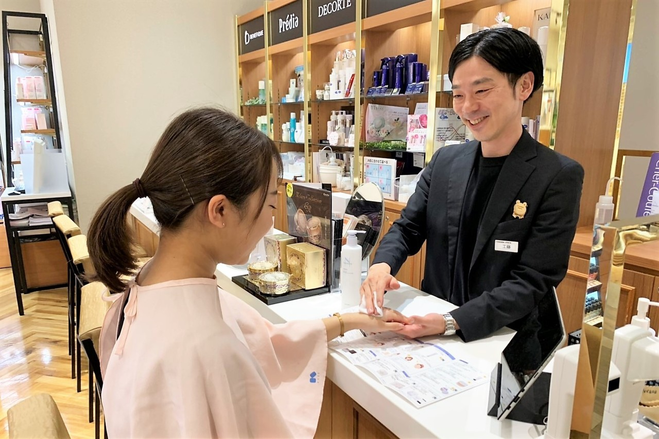 @cosme TOKYO(2020年1月10日オープン)美容部員・BA(ビューティカウンセラー ※未経験OK)契約社員/正社員の求人のスタッフ写真1