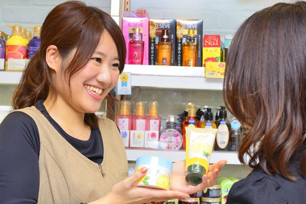 @cosme store mikke! グランスタ店美容部員・化粧品販売員([契・ア] 化粧品販売員(未経験OK)※東京)契約社員/アルバイト・パートの求人のスタッフ写真1