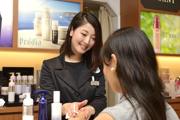 @cosme store 神戸マルイ店美容部員・化粧品販売員(ビューティーカウンセラー)正社員の求人のスタッフ写真3