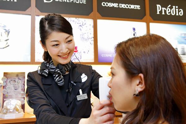 @cosme store 名古屋タカシマヤ ゲートタワーモール店美容部員・化粧品販売員(リーダー候補・ビューティーカウンセラー)正社員の求人のスタッフ写真1