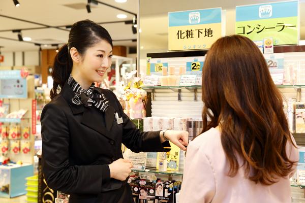 @cosme store 上野マルイ店美容部員・化粧品販売員(ビューティカウンセラー(未経験OK)※首都圏・関西)契約社員の求人のスタッフ写真3