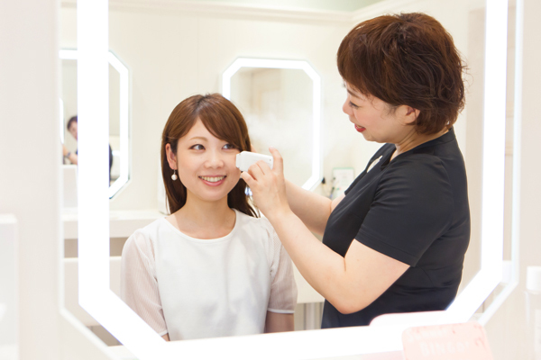 @cosme store 神戸マルイ店美容部員・化粧品販売員(ビューティーカウンセラー)正社員の求人のスタッフ写真4
