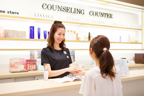 @cosme store 神戸マルイ店美容部員・化粧品販売員(ビューティーカウンセラー)正社員の求人のスタッフ写真1
