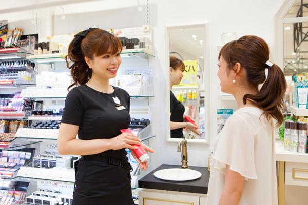 @cosme store 神戸マルイ店美容部員・化粧品販売員(ビューティーカウンセラー)正社員の求人のスタッフ写真2