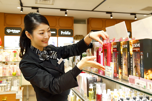 @cosme store 神戸マルイ店美容部員・化粧品販売員(レジ・検品アルバイト(未経験大歓迎))アルバイト・パート,アルバイト・パート,アルバイト・パート,アルバイト・パートの求人のスタッフ写真3