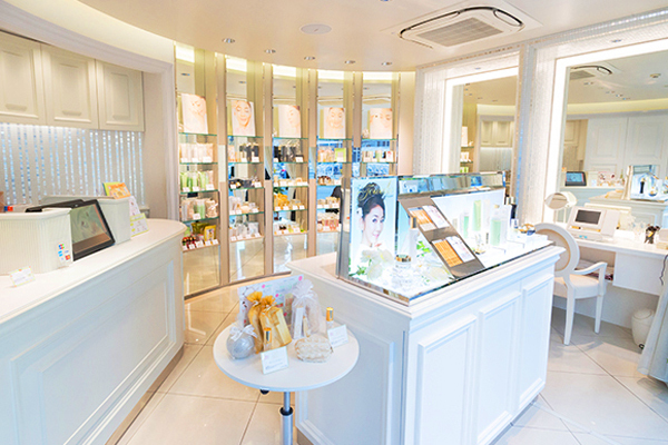 FTC AOYAMA(エフティーシー アオヤマ)美容部員・化粧品販売員(ビューティーコンシェルジュ)契約社員/正社員の求人の店内写真1